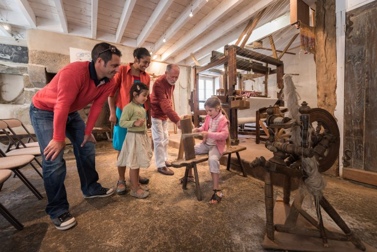 Casser la fibre de lin ,atelier de Quintin
