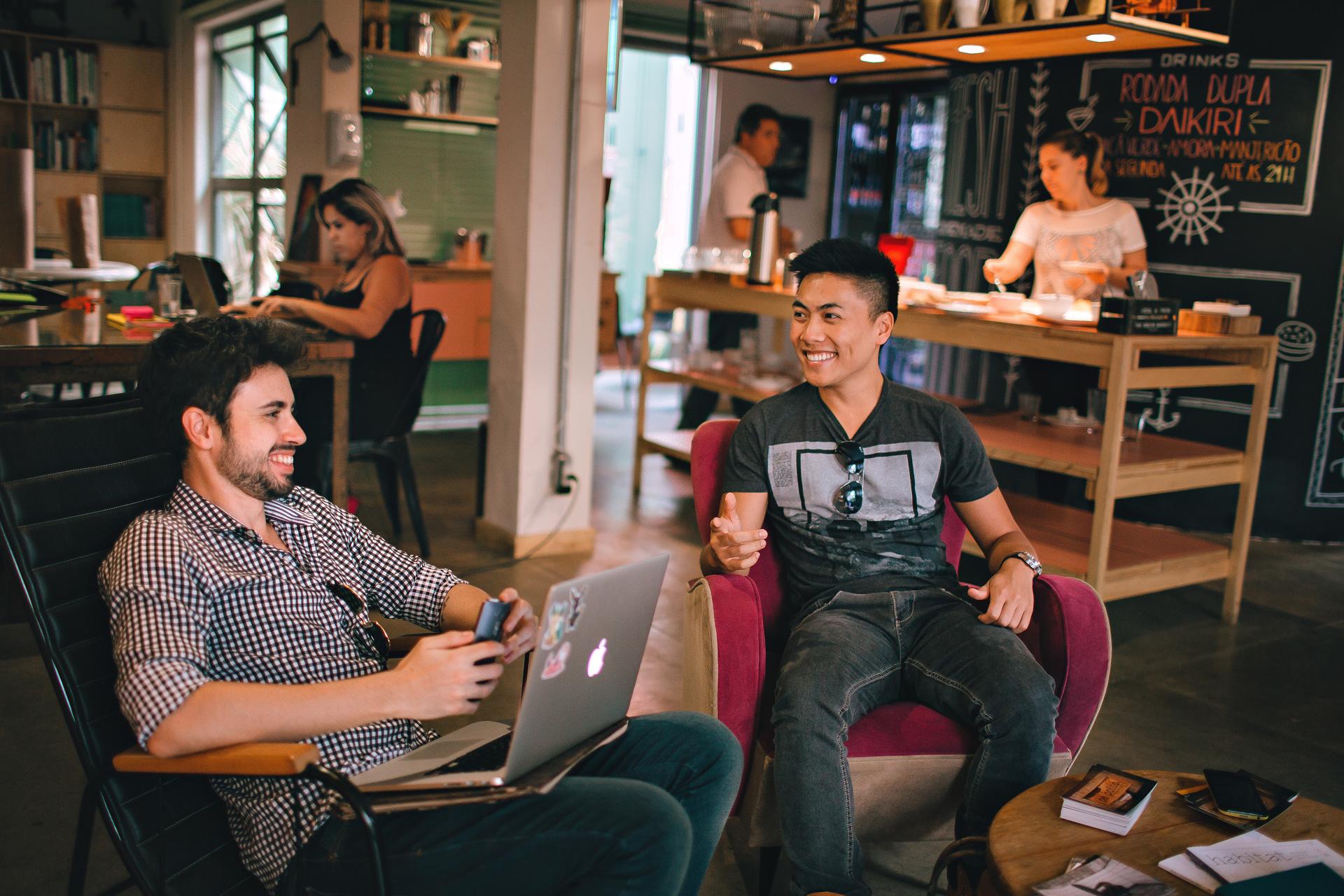 Hommes discutant dans un hostel