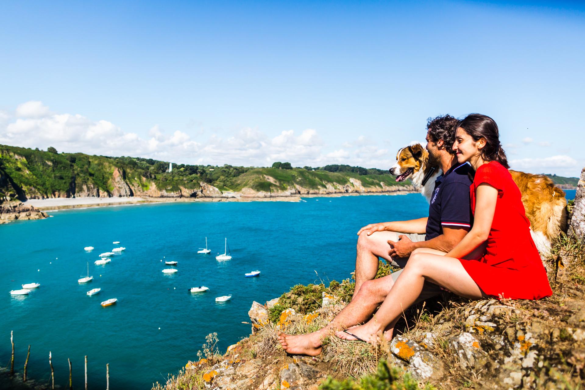 Couple surplombant le port de Gwin Zegal, Plouha, Côtes d'Armor
