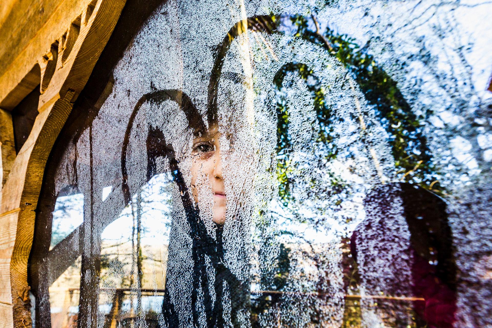 Femme derrière la vitre, Perret
